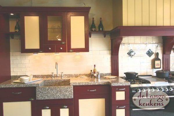 Keuken inspiratie: landelijke keuken rood en geel