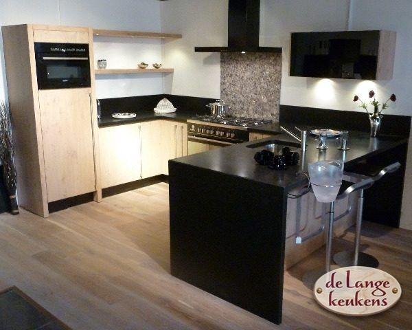 Keuken inspiratie moderne keuken zwart en hout de lange keukens - Keuken steen en hout ...