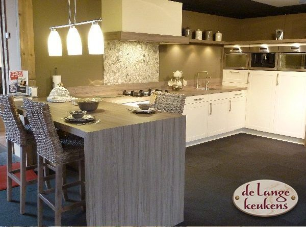 Grote keuken showroom grote keuken waar wonen leven bij elkaar komen design keukens 11 - Winkel raam keuken ...