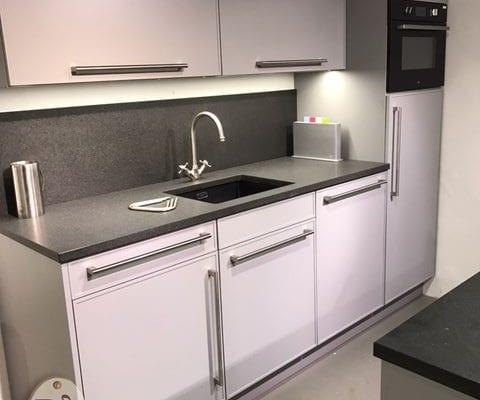 Moderne keuken met eiland grigio   de lange keukens