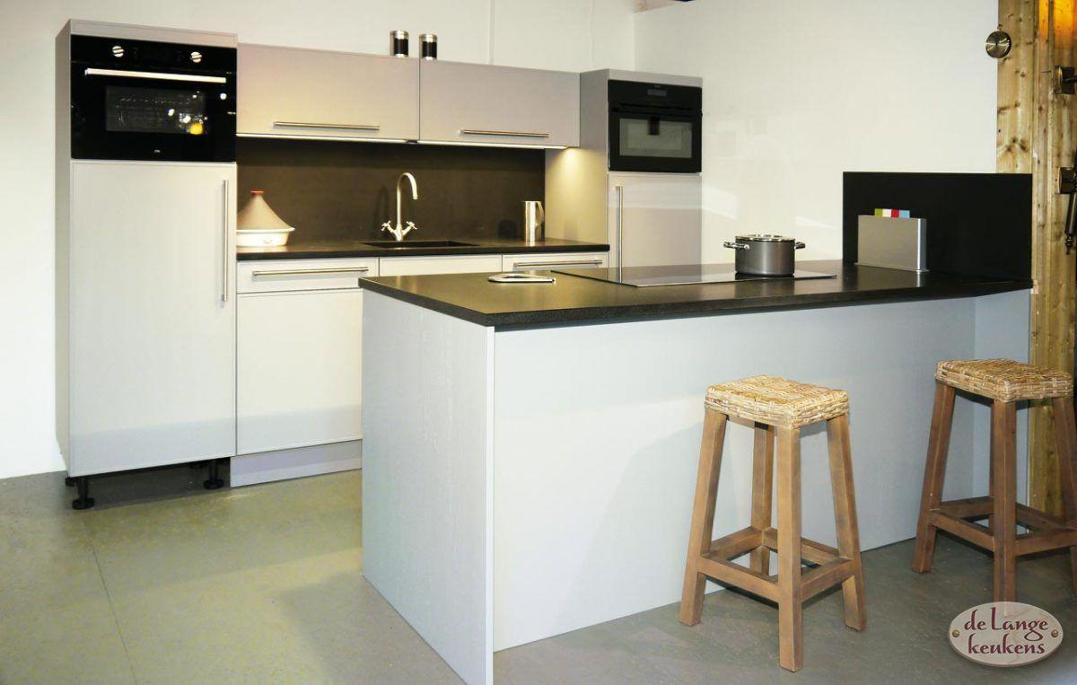 Showroom aanbieding moderne keuken met eiland grigio de lange keukens - Modele en ingerichte keuken ...