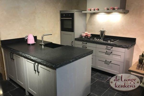 Landelijk grijze keuken met spoeleiland.