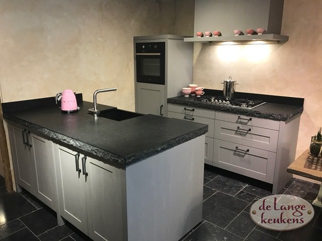 Keuken Landelijk Grijze : Landelijk grijze keuken met spoeleiland. de lange keukens
