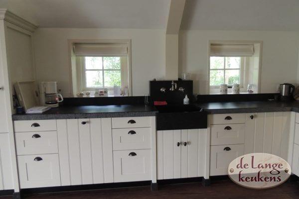 Ruime witte landelijke keuken