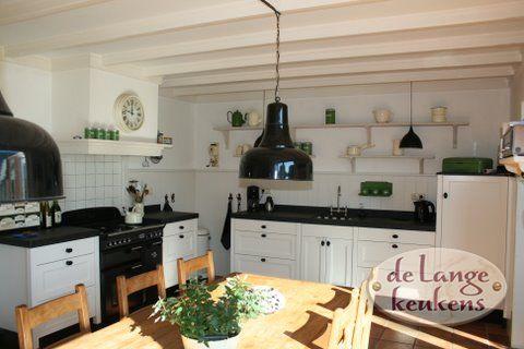 Sfeervolle landelijke witte keuken