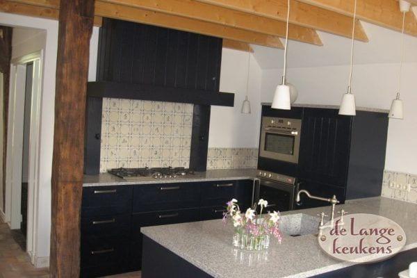 Donkerblauwe landelijke keuken