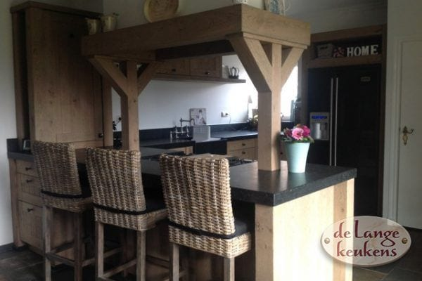 Houten landelijke keuken met mooie bar