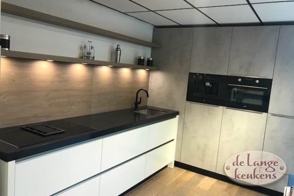 Boven 3 Model moderne keuken Diamondline hoogglans wit met betonlook kastenwand