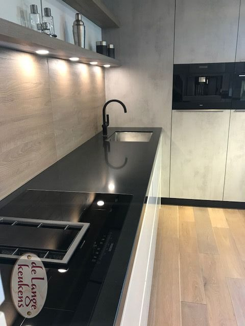 Boven 16 Model Moderne Keuken Diamondline Hoogglans Wit Met Betonlook Kastenwand De Lange Keukens