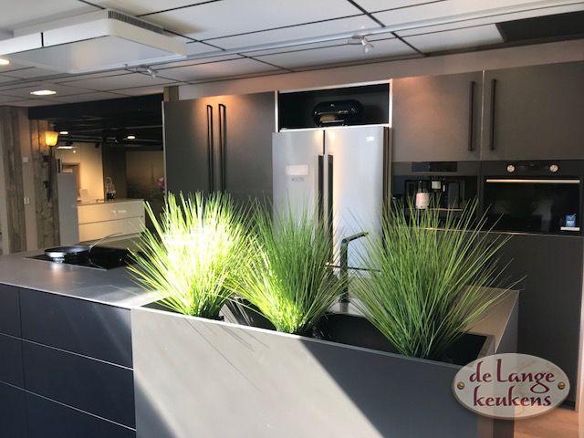 Moderne keuken titane black met eiland de lange keukens