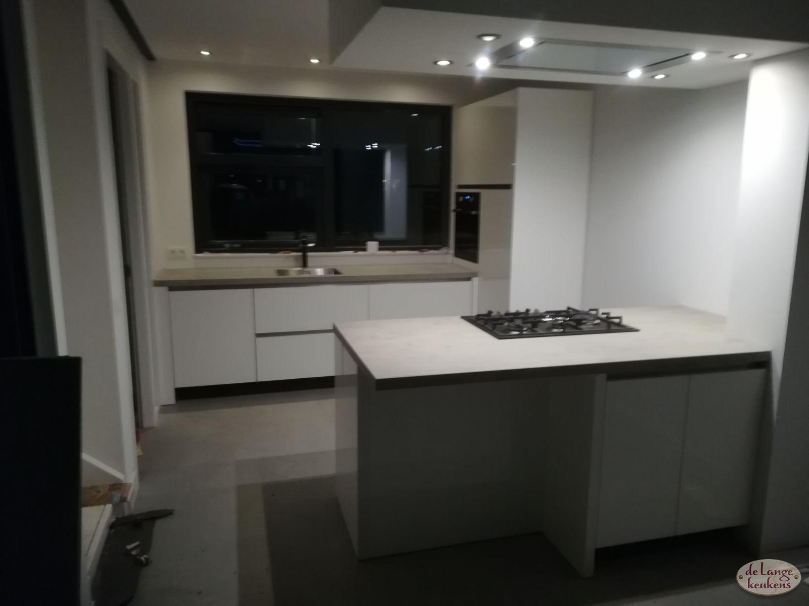 Klant foto moderne keuken wit hoogglans greeploos de
