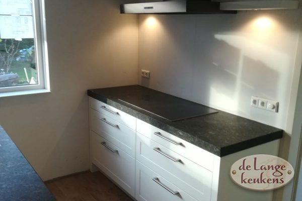 Moderne keuken met kaderdeur en zwart blad