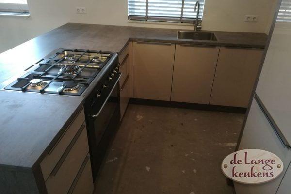 Moderne keuken hoogglans met betonlook blad en wanden