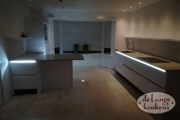 Moderne witte greeploze hoogglans keuken