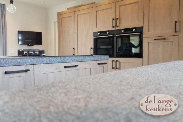 Landelijke eiken keuken houtdecor met hoge kastenwand