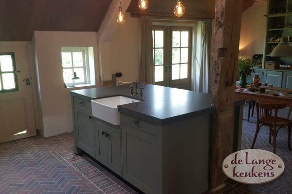 Landelijke tundra groene keuken met twee spoelbakken