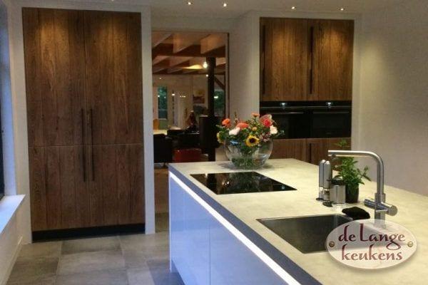 Moderne greeploze keuken hoogglans wit met houten hoge kasten