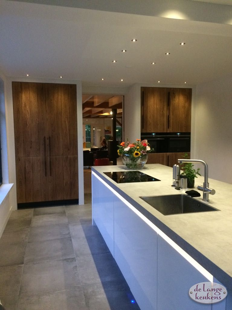 Ongebruikt Moderne greeploze keuken hoogglans wit met houten hoge kasten - De PO-83