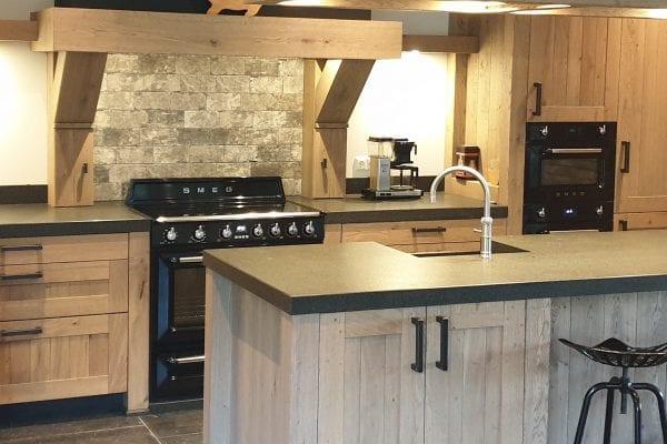 Landelijke rustiek eiken houten keuken met eiland Daarlerveen