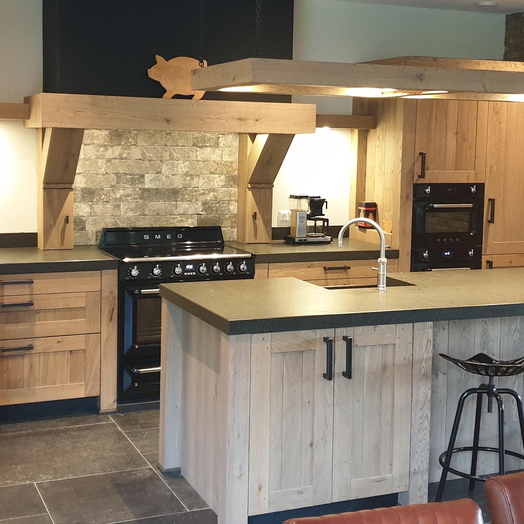 Goede Landelijke rustiek eiken houten keuken met eiland Daarlerveen - De MD-88