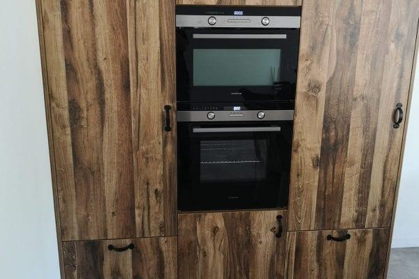 Moderne eiken keuken met losstaande apparatenkasten