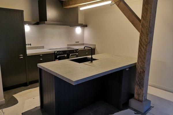 Landelijke carbon gelakte keuken met betonlook blad Dalfsen
