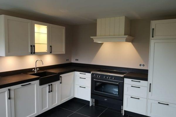 Landelijke wit gelakte keuken met zwart blad