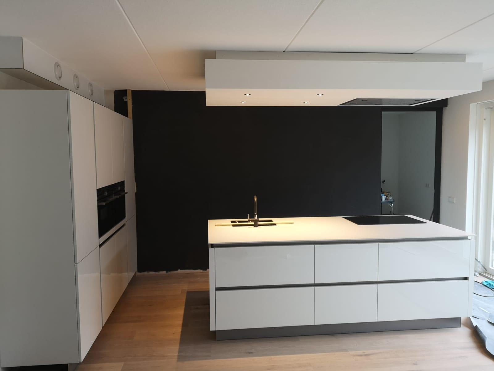 Moderne Greeploze Witte Keuken Met Wit Blad De Lange Keukens