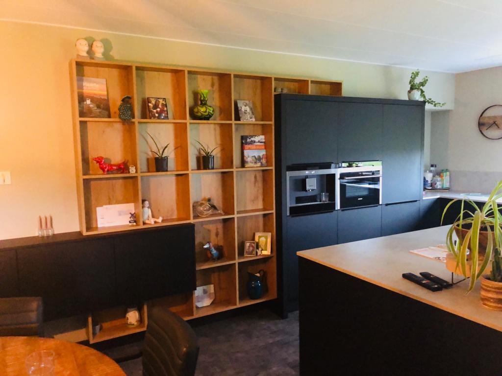 Moderne Mat Zwarte Keuken Met Eiland En Houten Open Kast