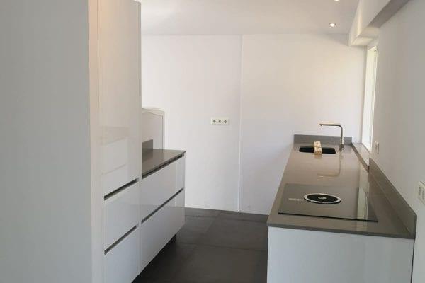 Moderne witte hoogglans keuken Lemele