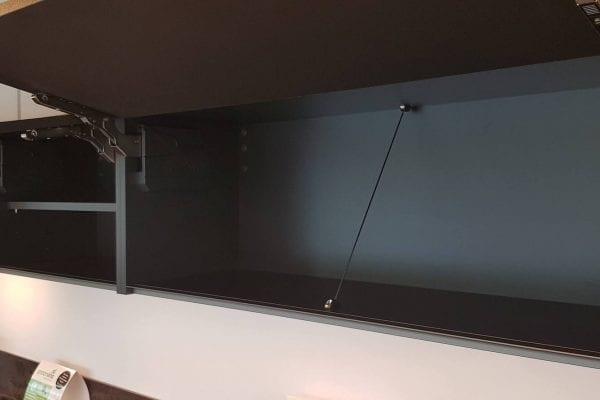 Strakke moderne greeploze showroomkeuken Etalage