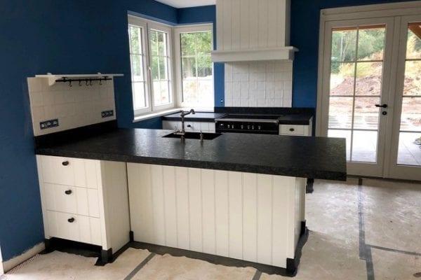 Landelijke witte keuken met spoeleiland en zwart blad Hellendoorn