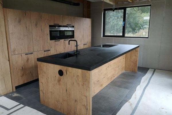 Robuuste moderne eiken keuken met zwart blad