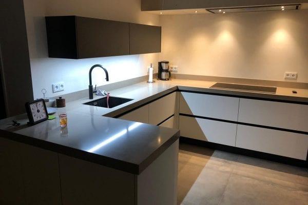 Moderne greeploze keuken met losstaande Amerikaanse koelkast Ommen