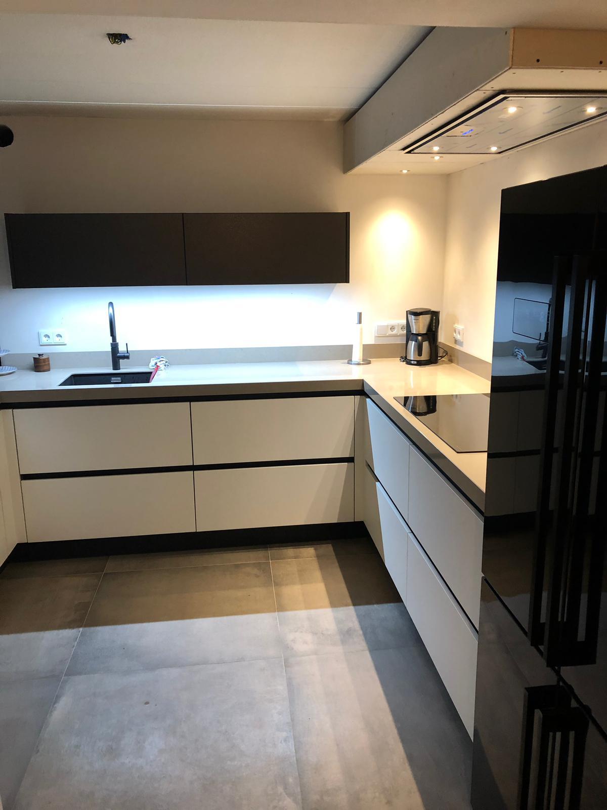 Moderne Greeploze Keuken Met Losstaande Amerikaanse Koelkast Ommen De Lange Keukens