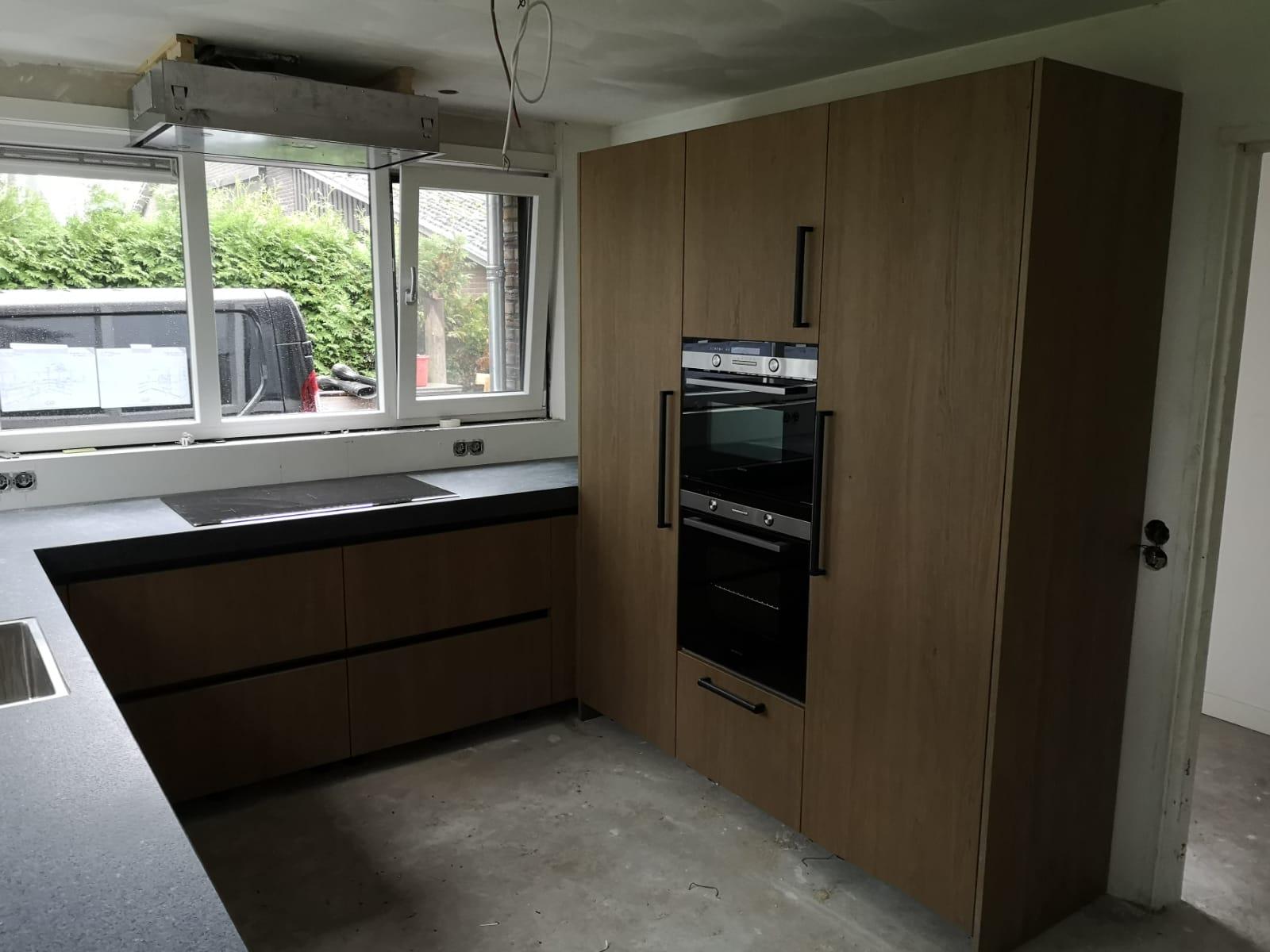 Moderne U Keuken Met Hoge Kastenwand En Zwart Blad De Lange Keukens