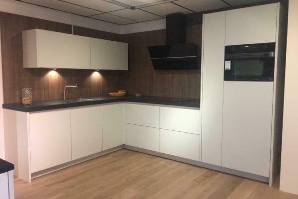 Moderne witte keuken met granieten blad incl. apparatuur