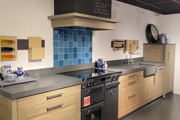 Showroomaanbieding: Landelijk keuken eiken geborsteld met granieten blad en inbouwkasten