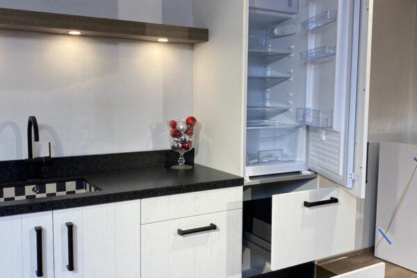 Showroom keuken landelijk wit met granieten blad en Boretti inductiefornuis