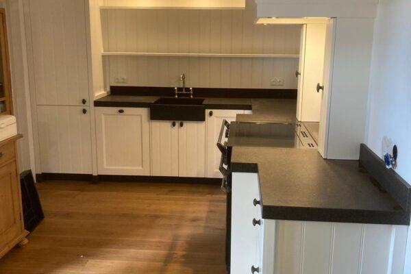 landelijk nostalgische keuken hoek wit zwart blad